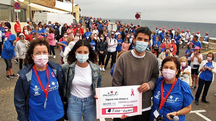 La marea azul de Amunt recauda 7.000 € contra el cáncer de mama