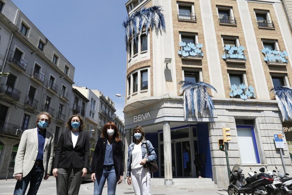 La façana del BBVA a Girona, decorada per Temps de Flors
