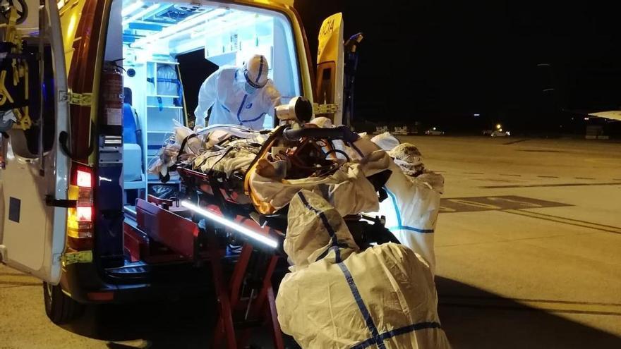 Trasladan a un paciente de covid desde Menorca a Palma asistido por un equipo médico del Hospital Vall d'Hebrón