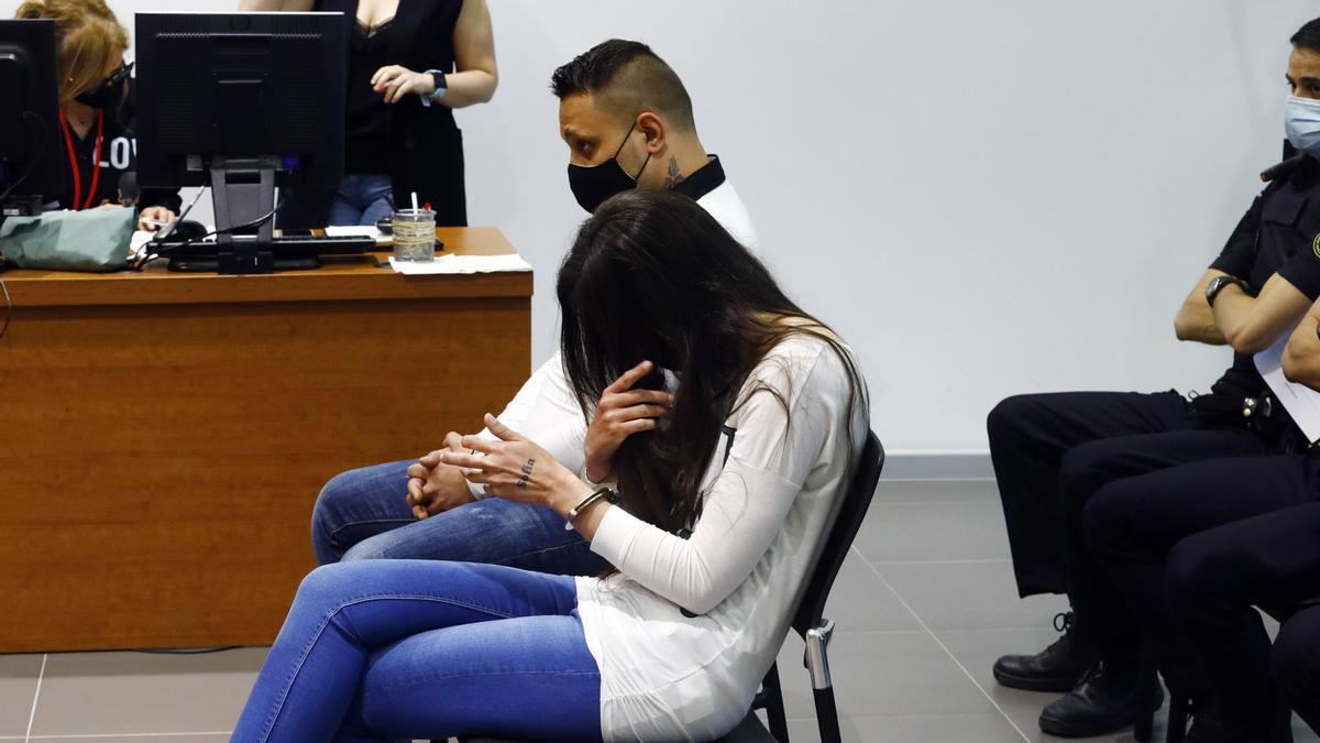 La acusada, madre de la menor agredida, se tapa la cara con la mano en la que se lee un tatuaje con el nombre de la niña