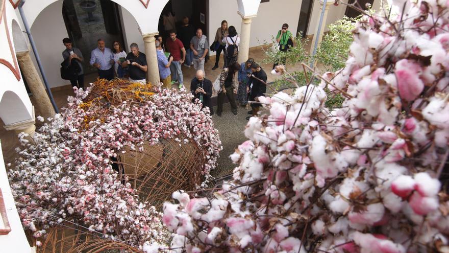 Jóvenes del Distrito Sur se forman en arte floral callejero de la mano del colectivo Flor Motion