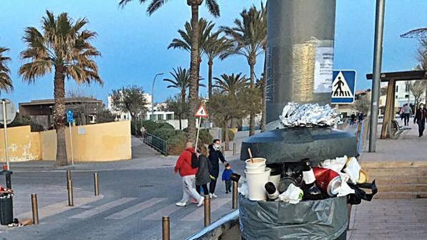 El fin de semana deja papeleras desbordadas en el paseo de El Molinar