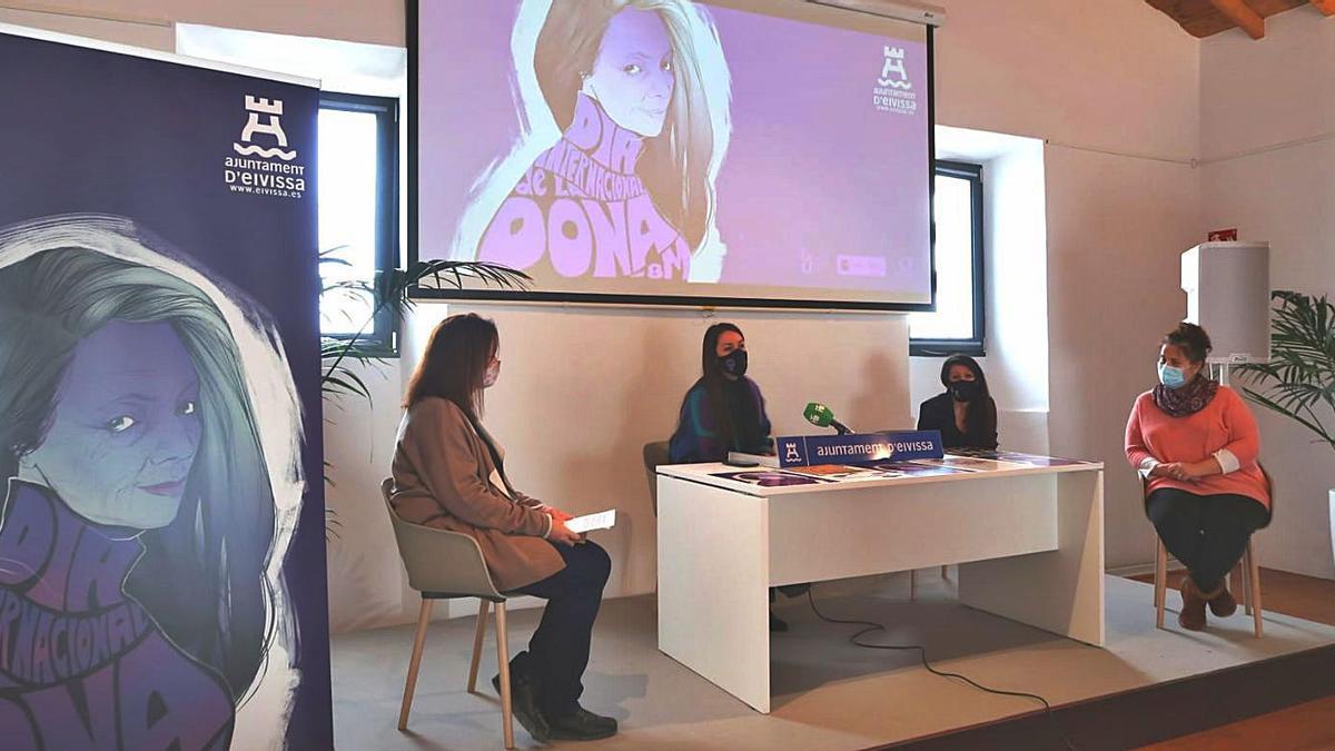 La regidora de Igualdad, Claudia Cotaina, presentando el programa.
