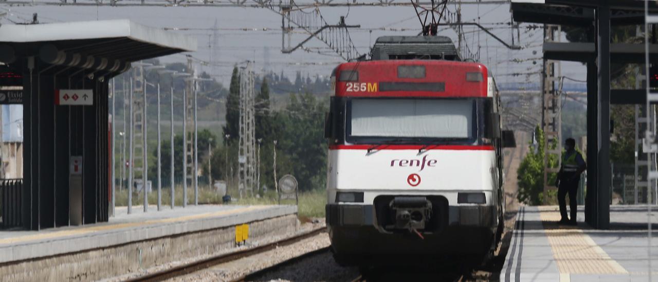 Un tren, parado en la estación de Benifaió.