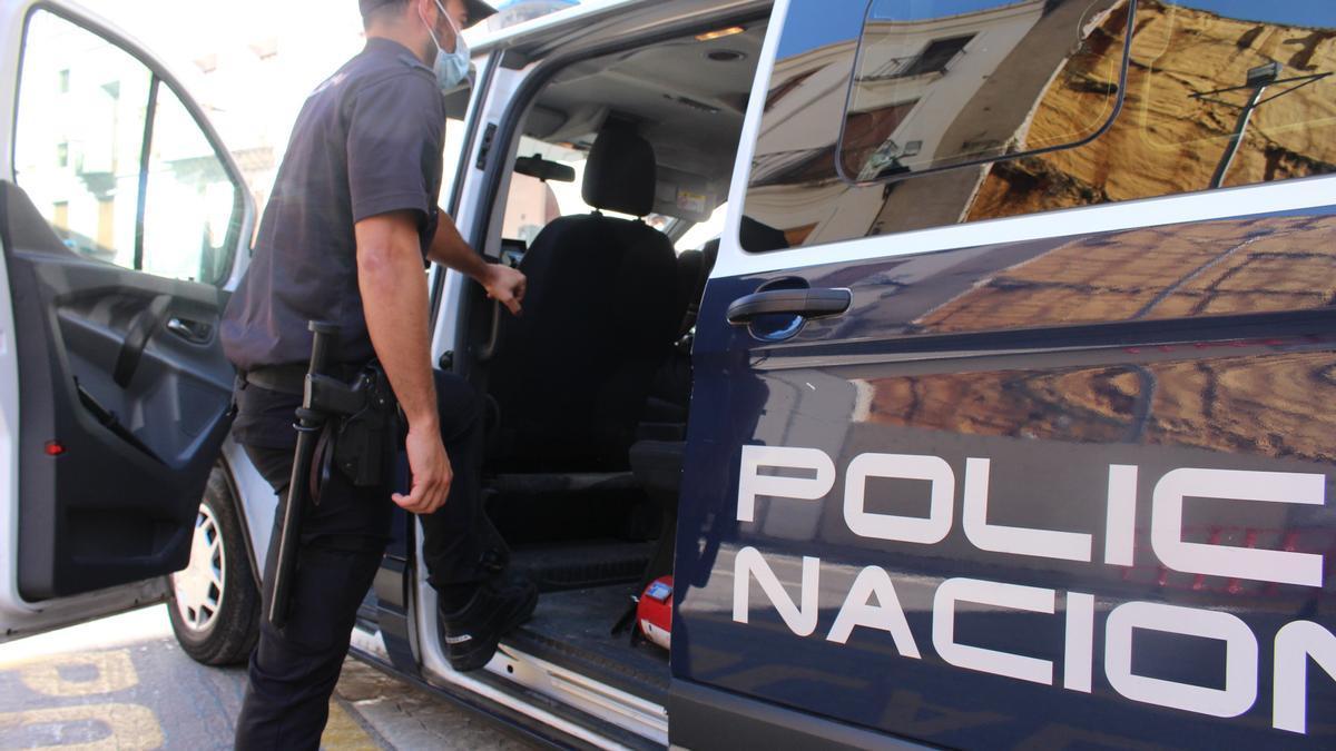Archivo - Un agente de la Policía Nacional, en una imagen de archivo