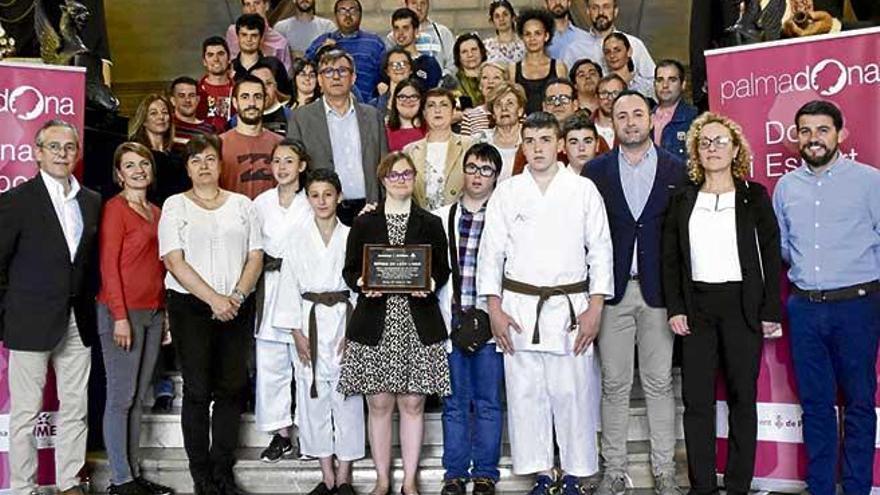 Cort homenajea a la campeona Esther de León