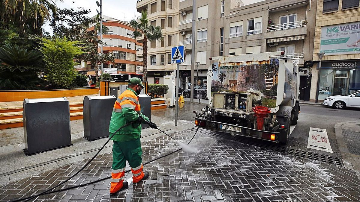 Acciona has carried out the garbage collection and urban cleaning service without a contract since 2016. |  JOAQUÍN CARRIÓN