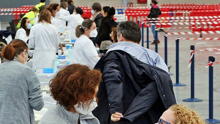 Unos 60.000 gallegos deberán esperar entre 4 y 6 semanas para la 2ª dosis de AstraZeneca