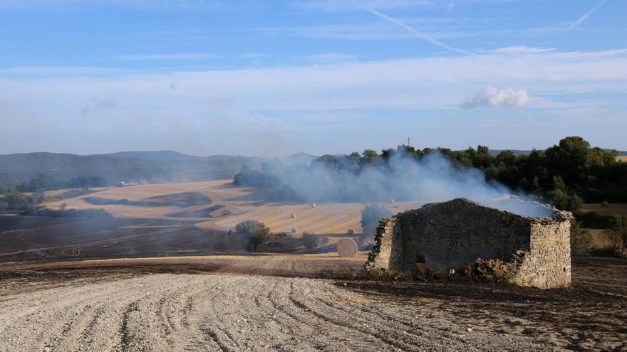 Cremen 1.000 metres quadrats en una revifada al perímetre de l'incendi de la Conca de Barberà i l'Anoia