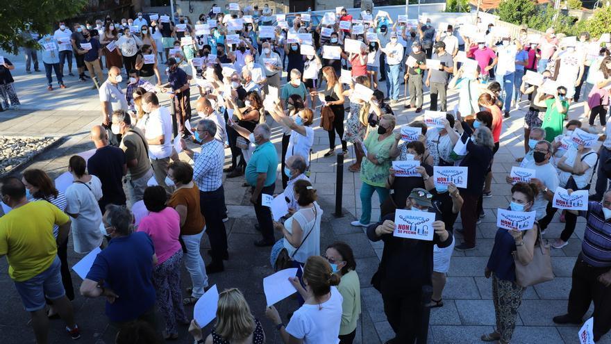 Concentración en Cerdedo-Cotobade contra el cierre de la sucursal bancaria de Carballedo