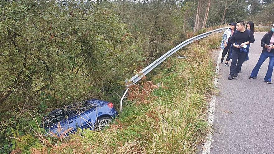 Aparatoso accidente de un coche cerca de la cumbre del Naranco