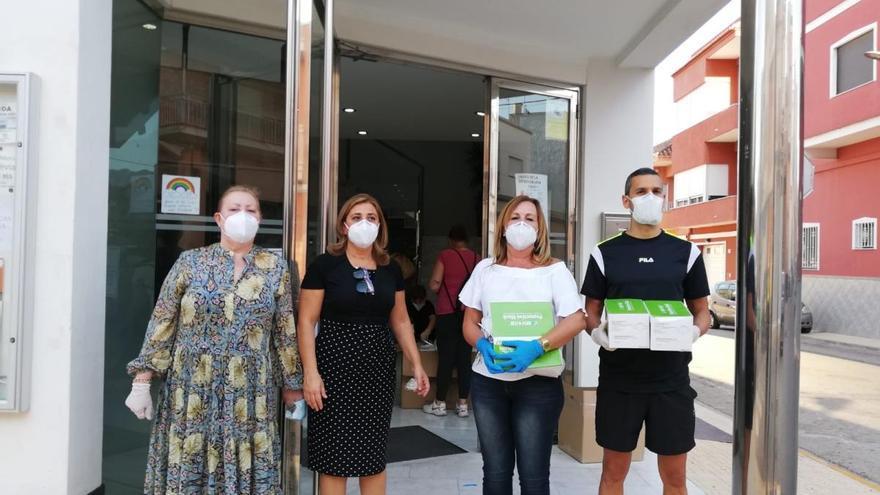 El Ayuntamiento de Palma de Gandia reparte 5.500 mascarillas casa por casa