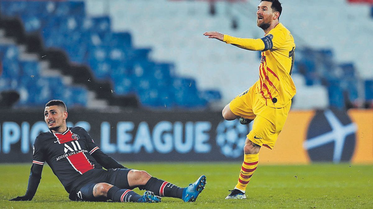 Messi xuta davant l'oposició de Verratti (PSG) en un partit de la Champions d'enguany