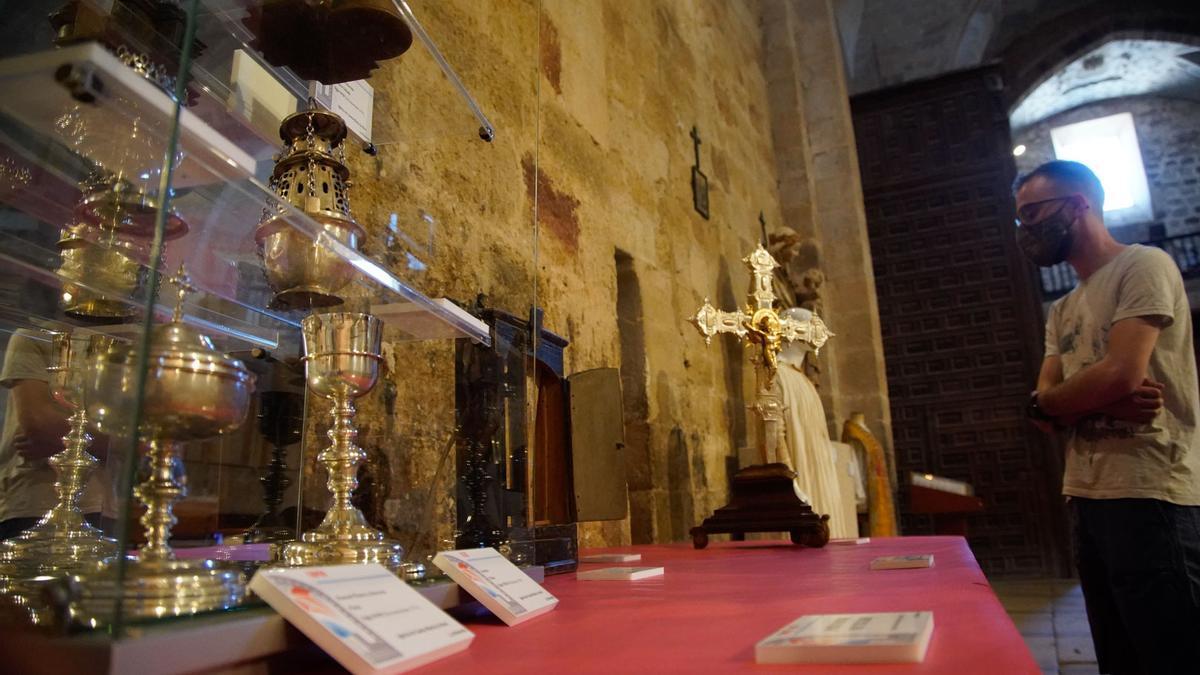 Detalle de cálices, incensario y copones en la exposición en la iglesia de La Hiniesta