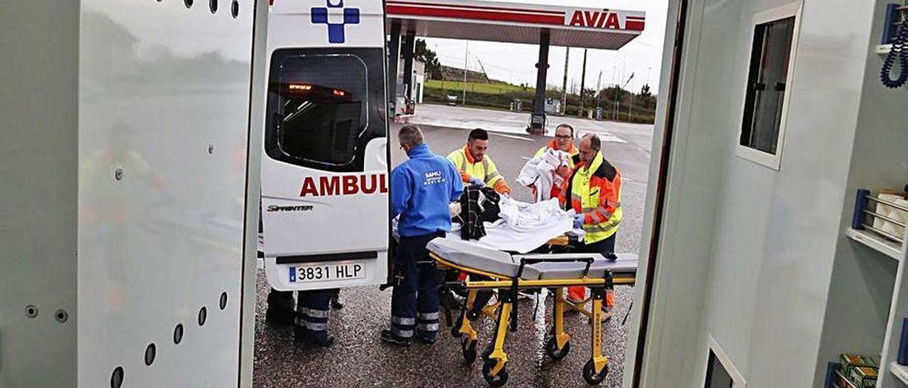 Un equipo de emergencias del SAMU, en una imagen de archivo tomada desde el interior de una ambulancia.