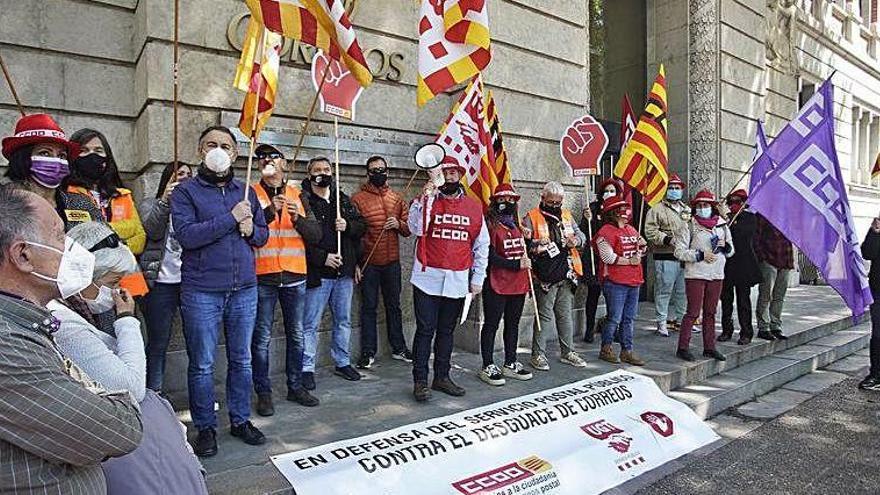 Empleats de Correus clamen contra el «desmantellament» del centre logístic de Girona