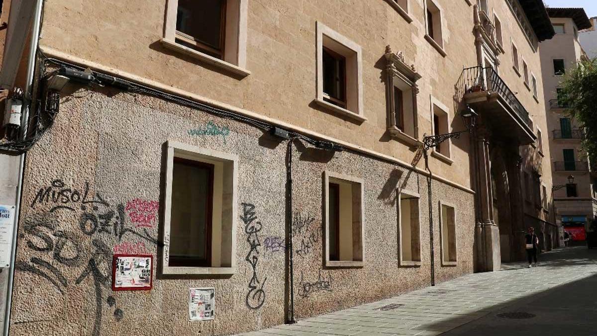 Los muros del edificio están cubiertos de pintadas.