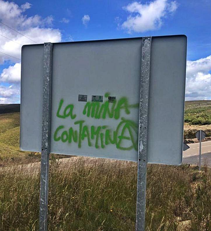 La Guardia Civil investiga las pinturas vandálicas en Pedralba contra la mina de Calabor