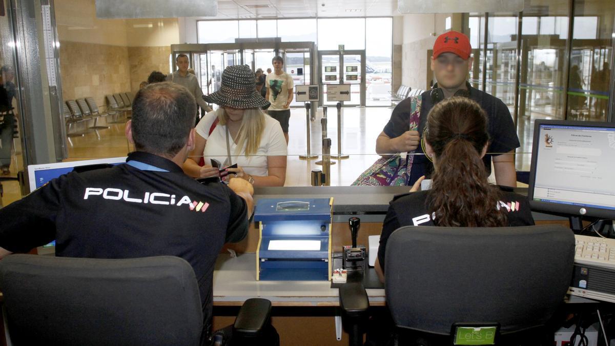 Un control de documentació de la Policia Nacional a l'aeroport de Girona, foto d'arxiu