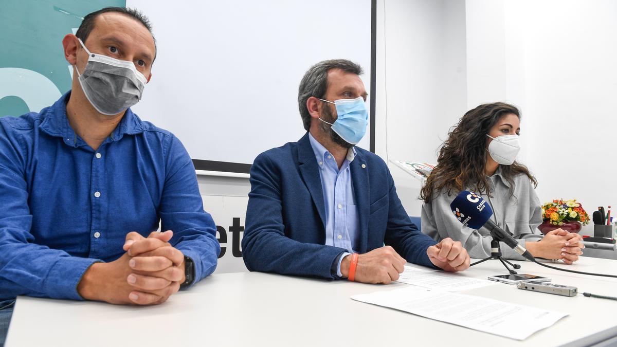 Por la izquierda, Sergio Martín, Alejandro Suárez y Sara Pérez,  durante la rueda de prensa en el Colegio de Veterinarios