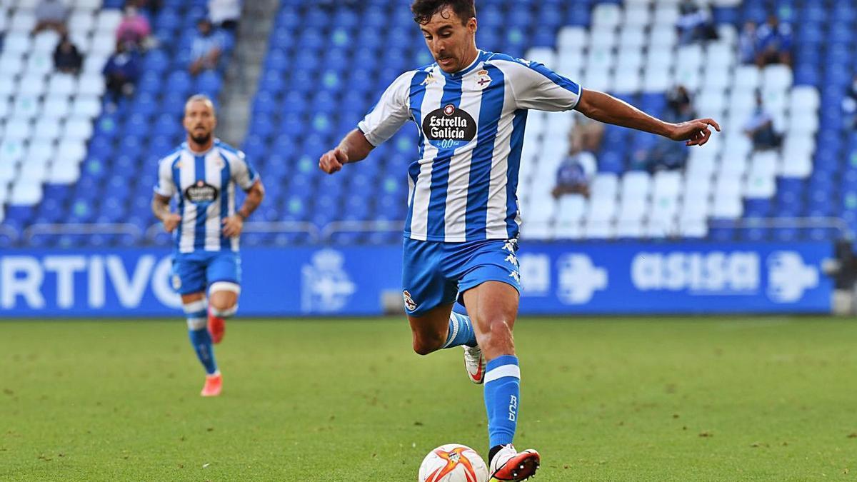Diego Aguirre conduce la pelota en un partido en Riazor de esta pretemporada. |  // CARLOS PARDELLAS