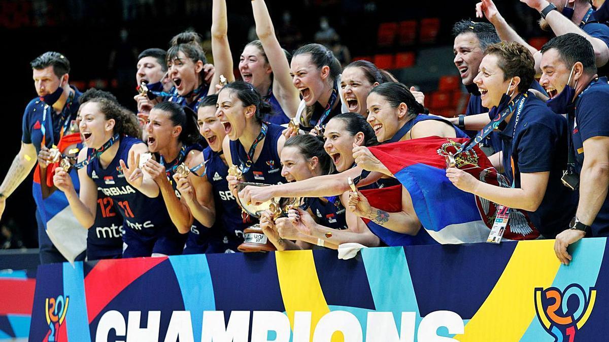 La selección de Serbia celebra el título del Eurobasket en València, ayer.  | MIGUEL ÁNGEL POLO/EFE