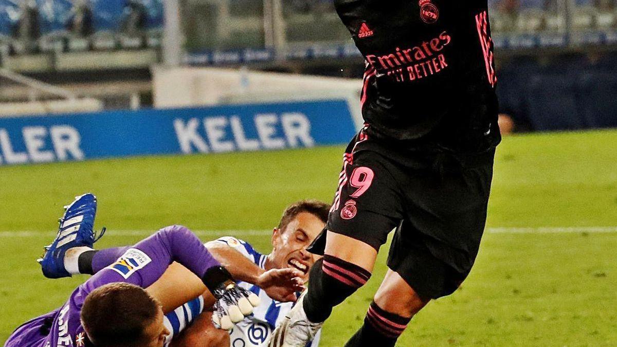 Benzema intenta driblar a Remiro.