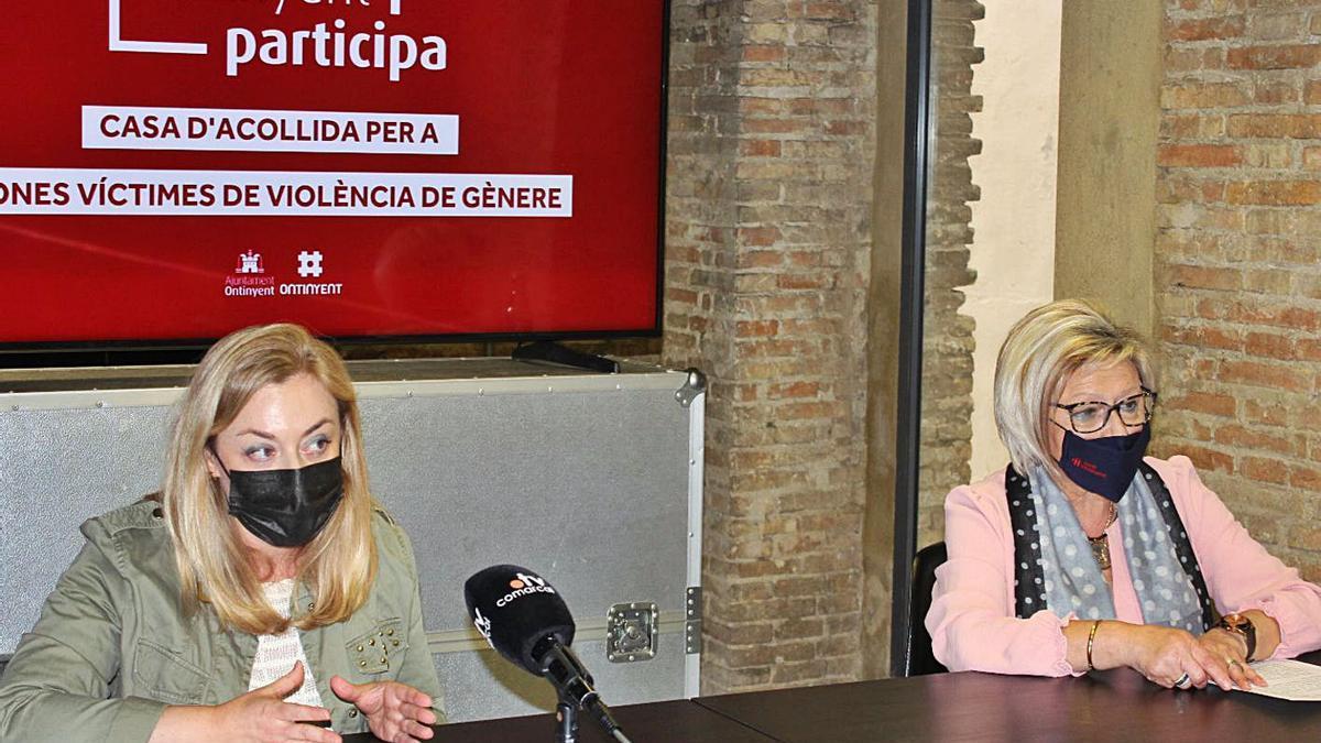 Les regidores Natàlia Enguix i Virtudes González, ahir en la presentació de l'habitatge   LEVANTE-EMV