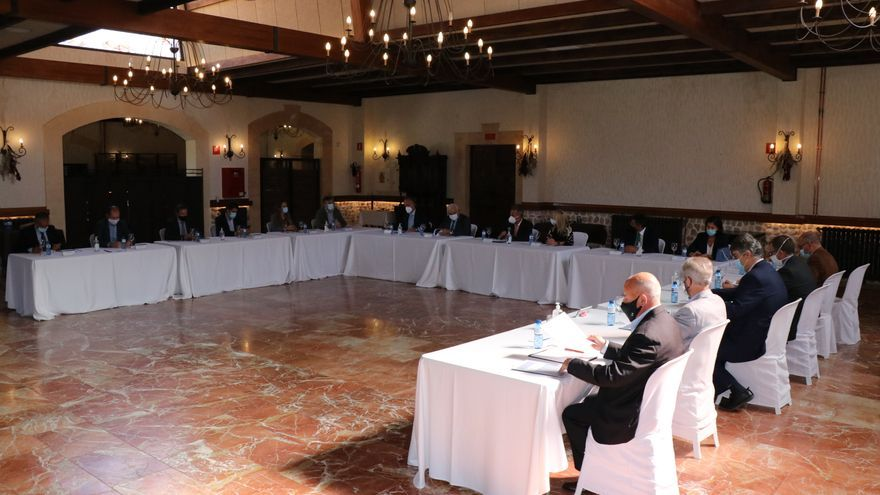 El Club de Empresas Centenarias presenta su nueva web en una reunión en Novelda