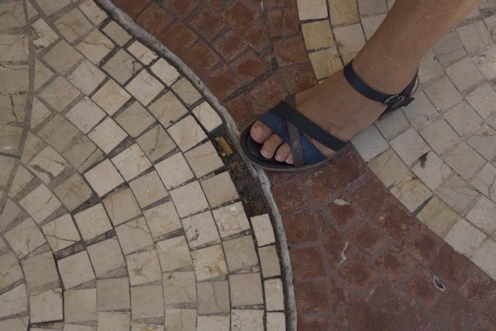 Teselas fuera de su sitio, suciedad, agujeros y grietas en el paseo de la Explanada