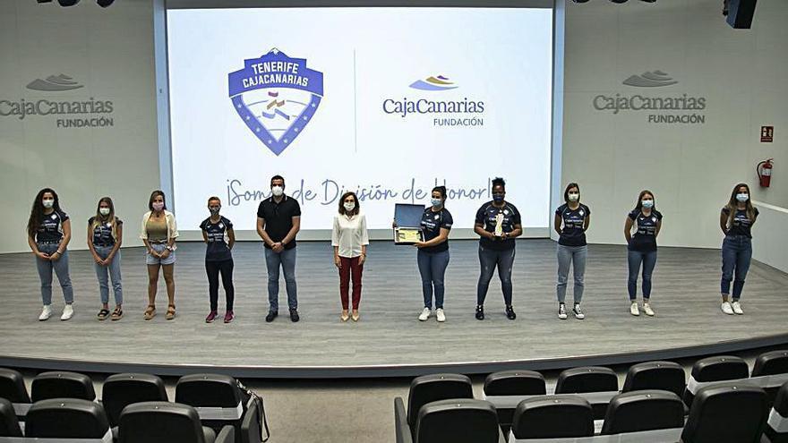 La Fundación CajaCanarias homenajea al equipo femenino por su ascenso