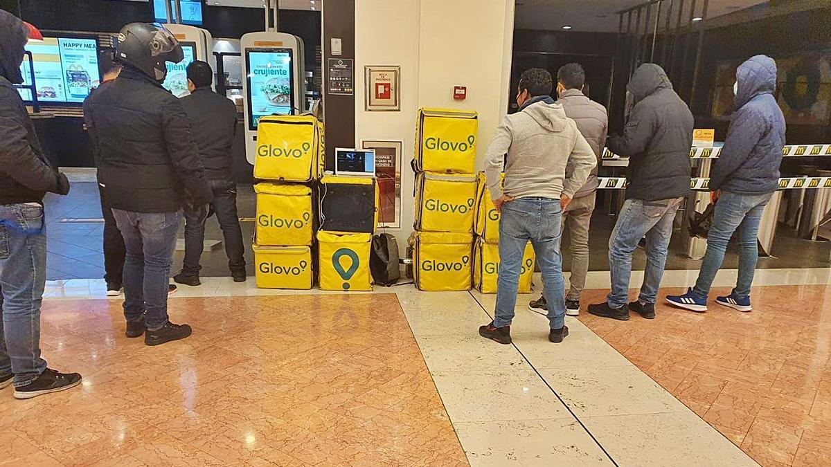Repartidores de Glovo durante el parón laboral en Alicante. | INFORMACIÓN