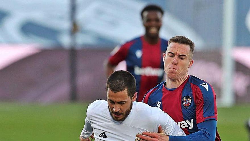 El Madrid ensopega amb el Llevant a casa (1-2) i el Barça el pot igualar