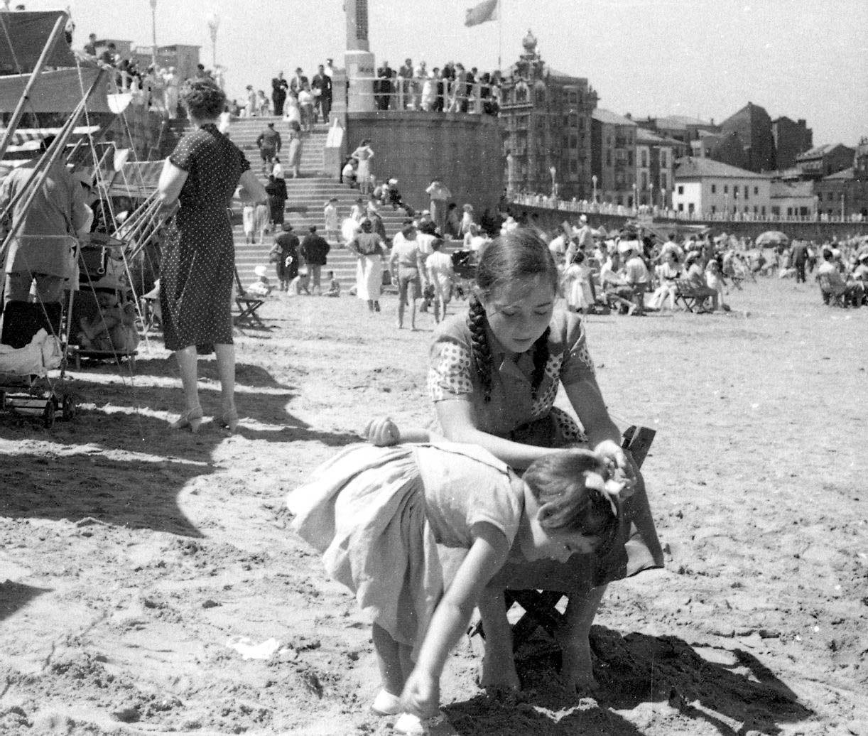 Justo del Castillo Bertrand. Playa de San Lorenzo, h. 1955.jpg