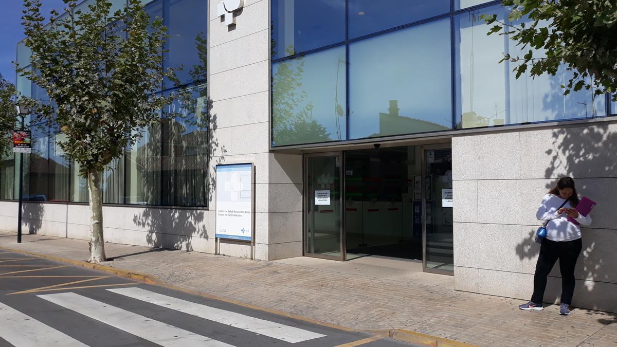 Acceso al Centro de Especialidades de Benavente. / E. P.