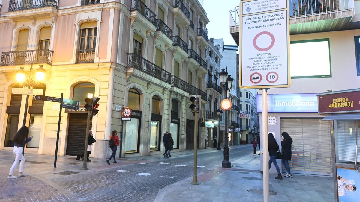 Señales que anuncian la existencia de las cámaras al principio de la calle Mayor de Castelló.