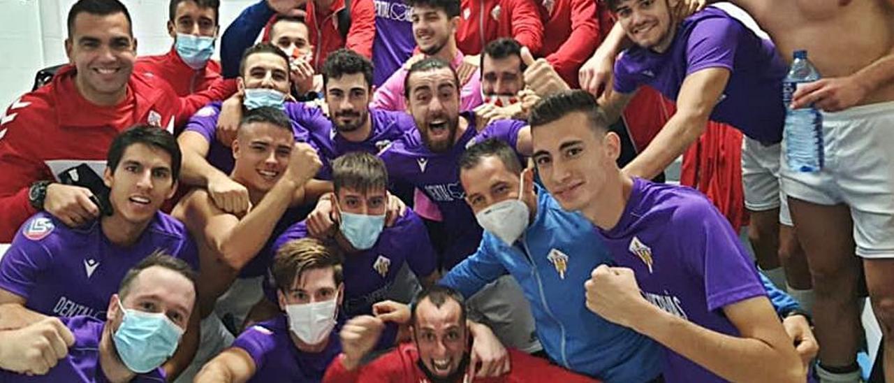 Los jugaderes de la UE L'Alcúdia celebran el triunfo. | LEVANTE-EMV