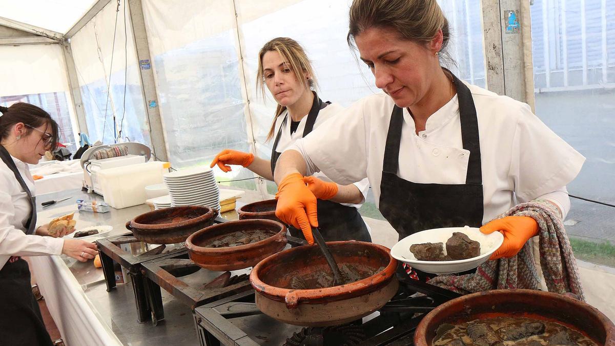 Cocineras en la última edición de la Festa da Lamprea.