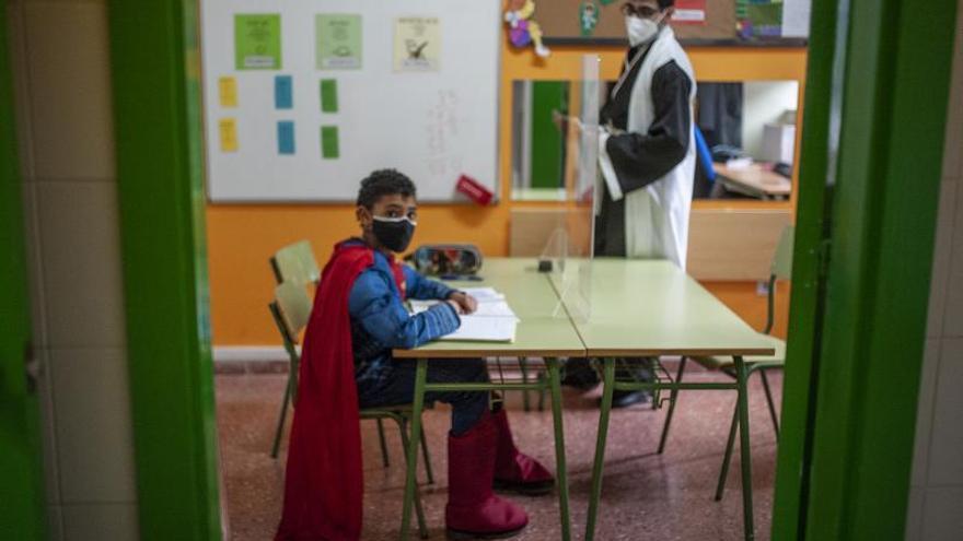Superhéroes con capa y mascarilla