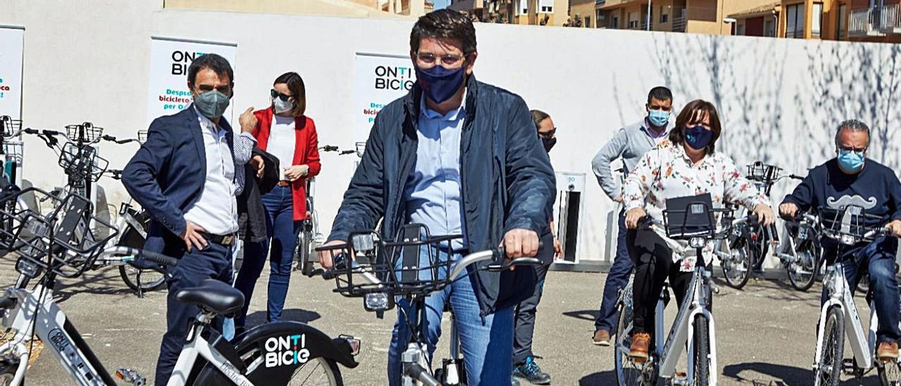 Jorge Rodríguez, en primer plano, con una de las bicicletas eléctricas que se han instalado | LEVANTE-EMV