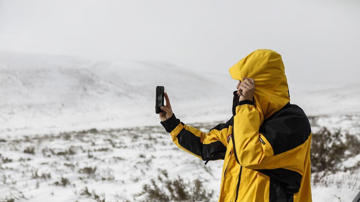 Un hombre saca una foto de la nieve en Sanabria.
