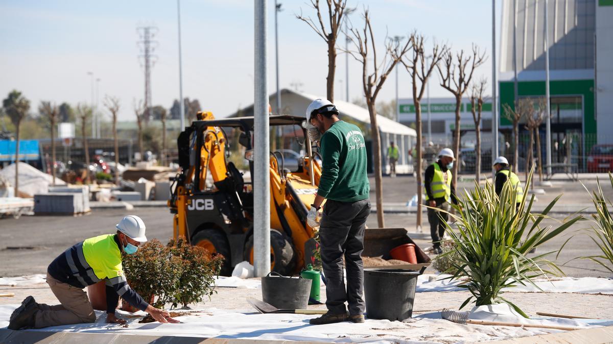 Obras que se llevan a cabo en el parque comercial Los Patios de Azahara.