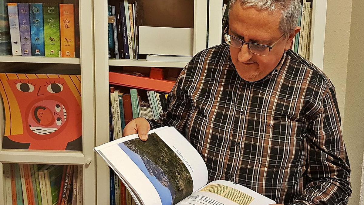 Un lector amb 'Un país d'històries' a la biblioteca. | MIREIA GANDIA