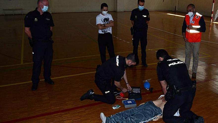 Veintiún policías aprenden a usar un desfibrilador para salvar vidas