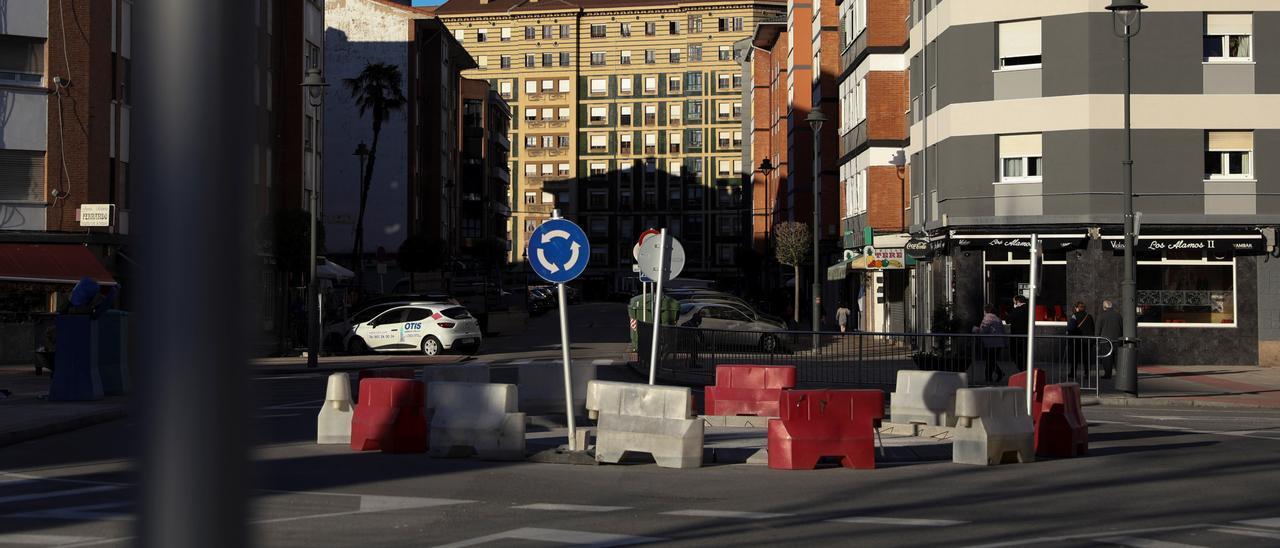 Rotonda de la calle Fruela, en Versalles, en obras.