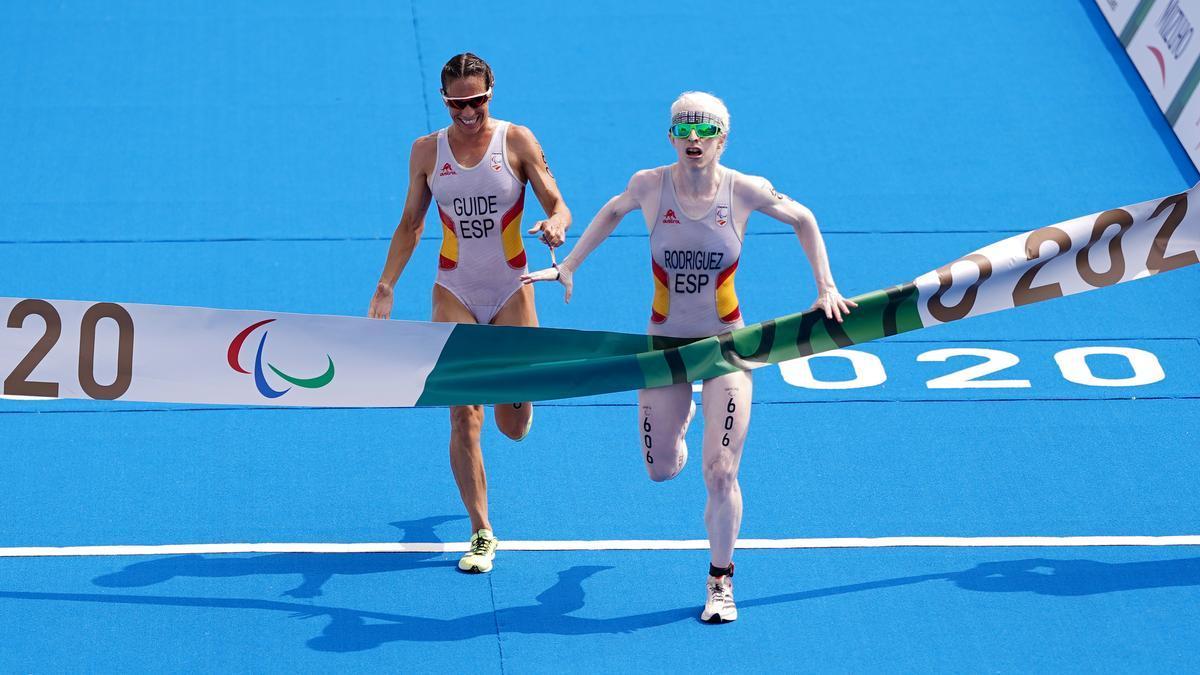 Susana Rodríguez y Sara Loehr cruzan la meta del triatlón de los Juegos Paralímpicos de Tokio.