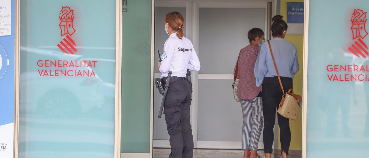 Sanidad ha retirado cualquier rastro de Ribera Salud del Hospital Universitario de Torrevieja sustituido por el logo de la Generalitat