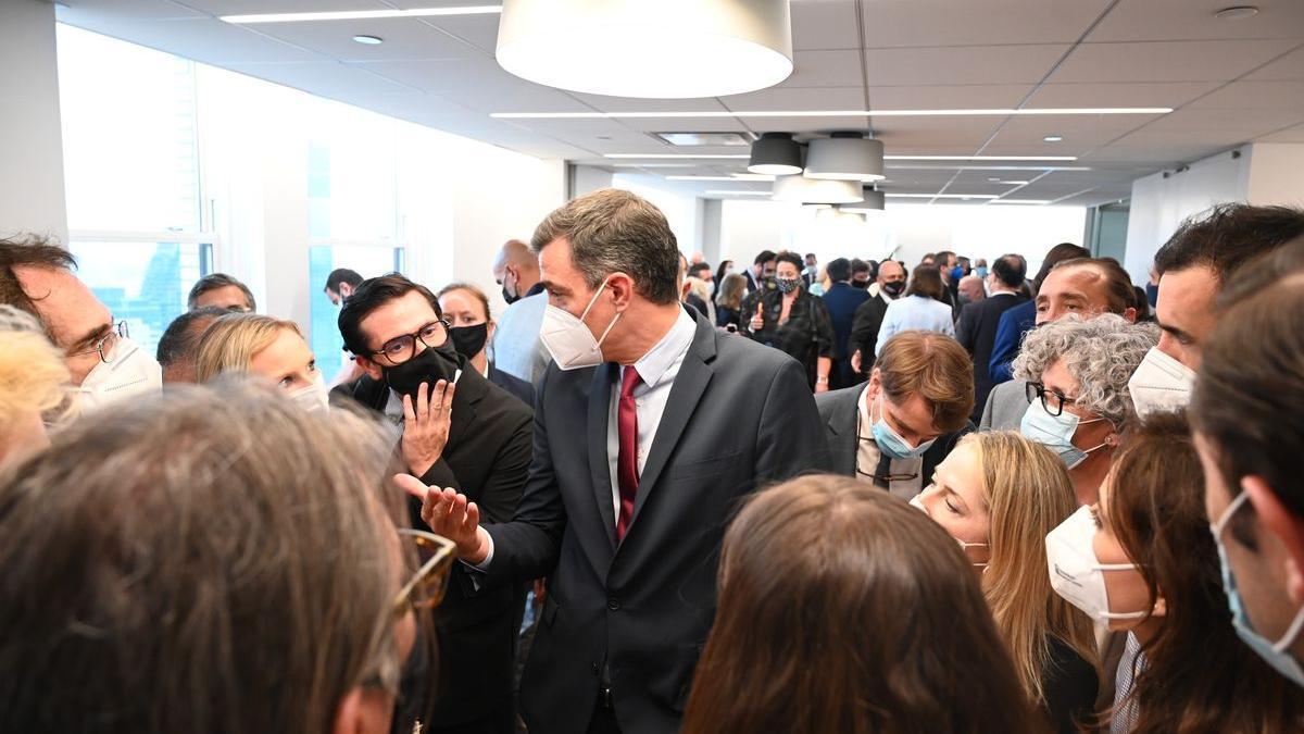 Pedro Sánchez charla con los periodistas tras la inauguración de la Oficina Comercial de España en Nueva York.