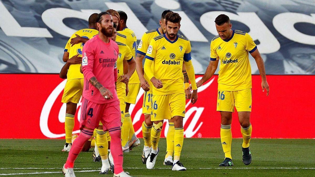 Los jugadores del Cádiz celebran el gol en Valdebebas ante el capitán del del Real Madrid, Sergio Ramos.