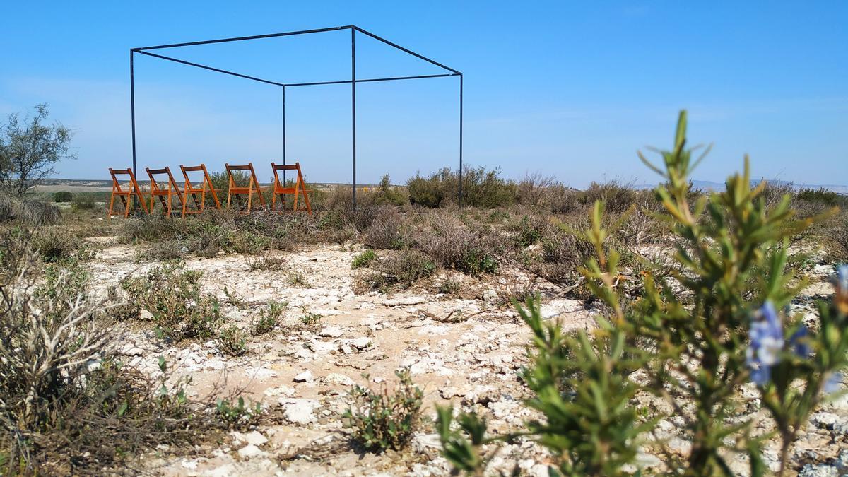 El cub obert dins del qual es ballaran la majoria d'espectacles del primer festival de microdansa 15m2 en una imatge feta als Monegros, un dels 'Horitzons' habituals de les pintures de Josep Beulas